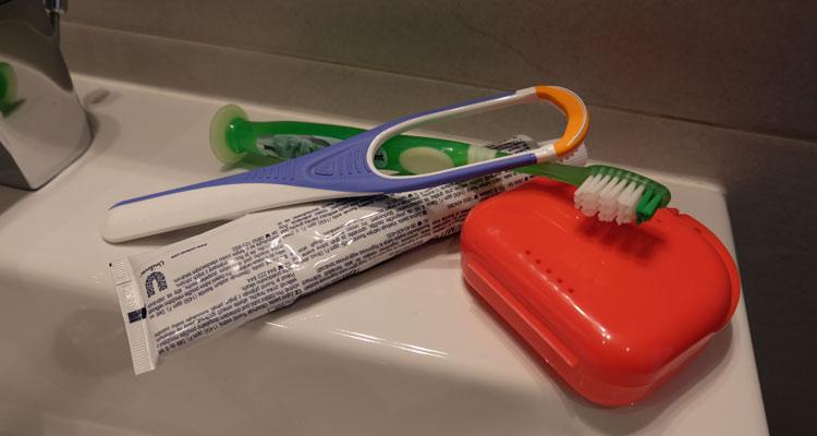 Mundhygiene Zahnbuerste Zahnseide Zahnpasta Schiene